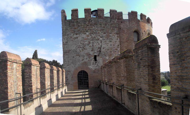 Celio_-_Porta_san_Sebastiano_-_camminamento_fra_le_torri_1992st